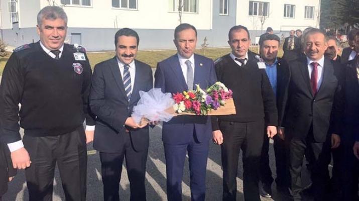 Ceylan'a çiçek verdiler