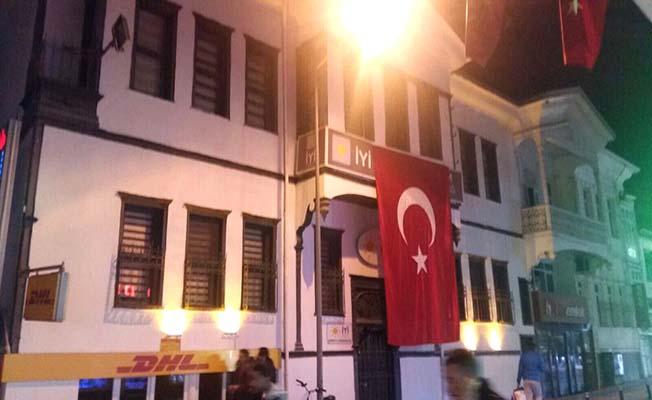 İYİ Parti bayrağı astı