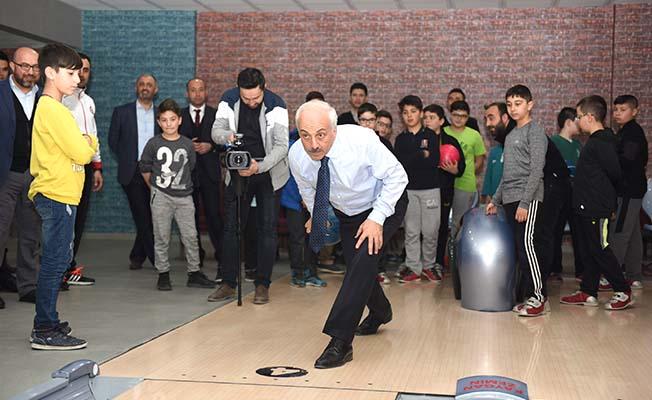 Gençlerle bowling oynadı