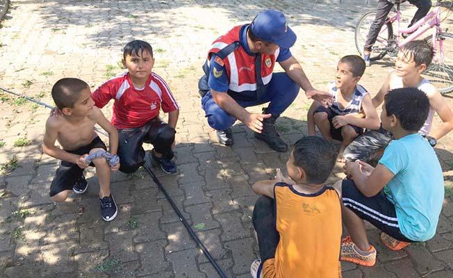 Jandarma çocuklar için sahada