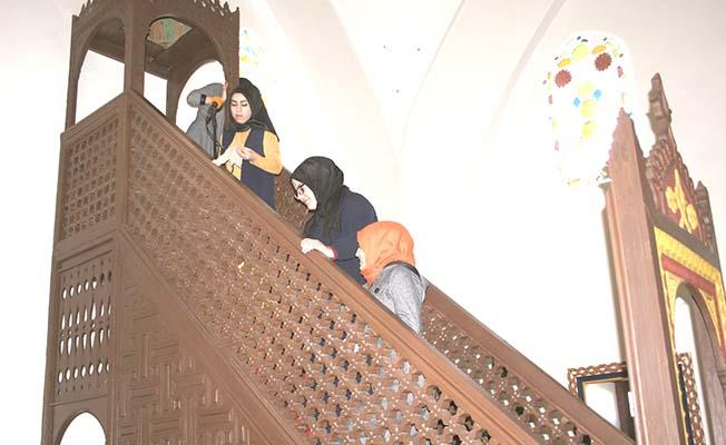 Kız öğrenciler camiyi temizledi