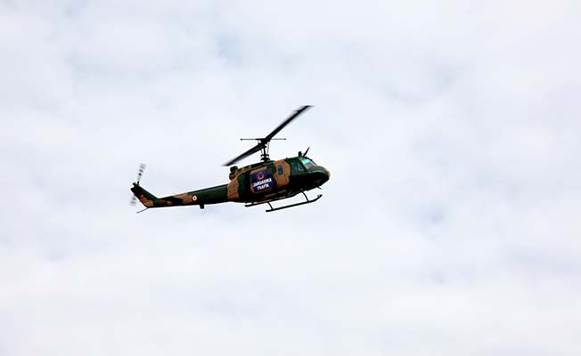 Yolda kalan aile el sallayarak helikopterden yardım istedi