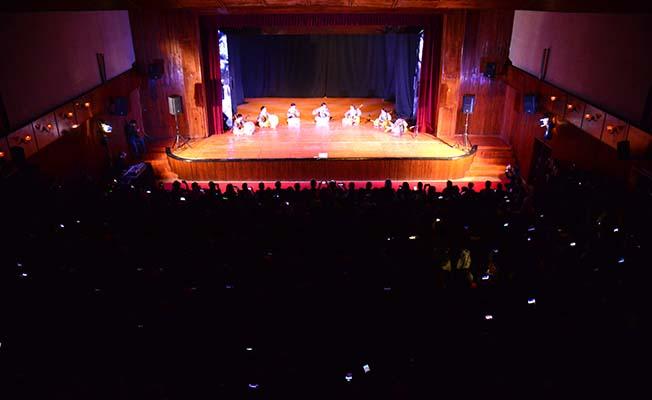 Koreli dansçılara alkış