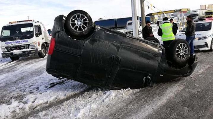 Karlı yolda direksiyon hakimiyetini kaybetti