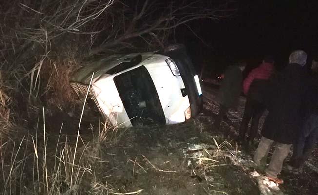 Otomobil minibüsle çarpıştı, 3 yaralı