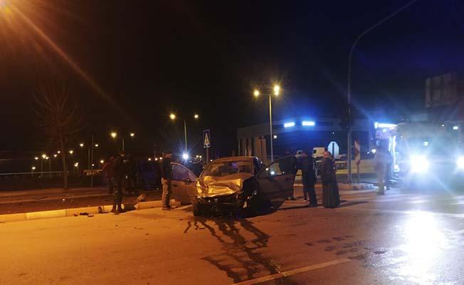 Hastane yakınında iki araç birbirine girdi