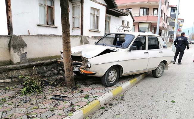 Otomobil ağaca çarptı, 2 yaralı