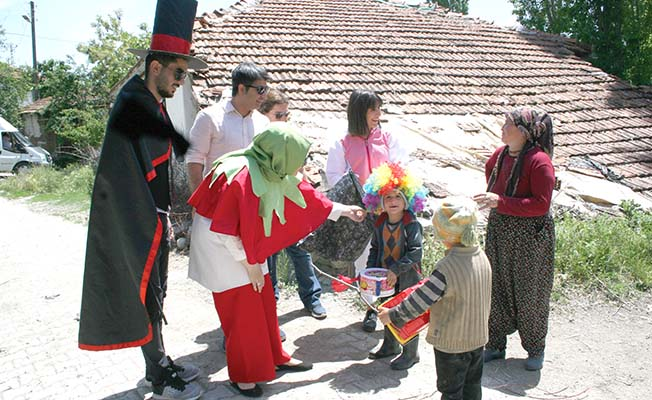Köy çocuklarının gönlüne dokundular