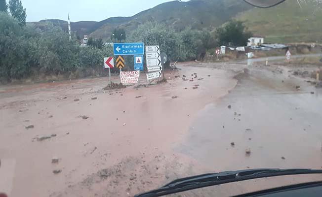 Sel Çankırı yolunu trafiğe kapattı!