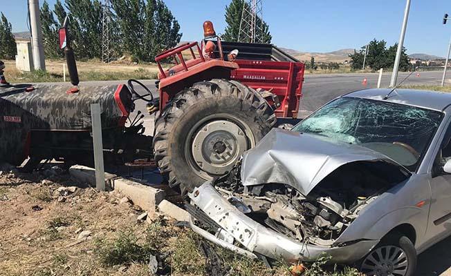 Traktöre çarptı, hurdaya döndü