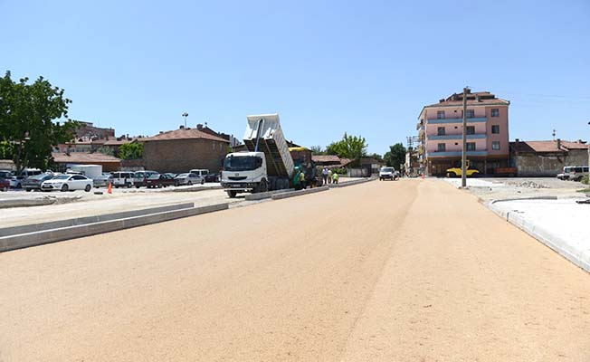 Yeni açılan yola asfalt