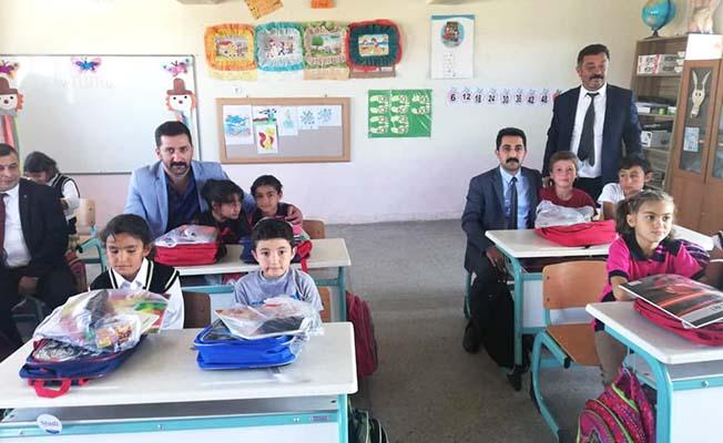 Köy okuluna hediyelerle gittiler