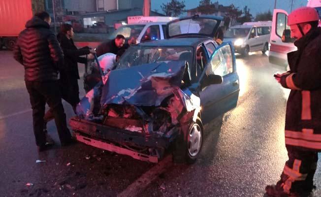 Otomobil tırla çarpıştı, 4 yaralı