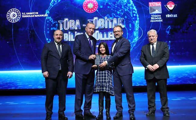 Ödülünü Cumhurbaşkanı'ndan aldı