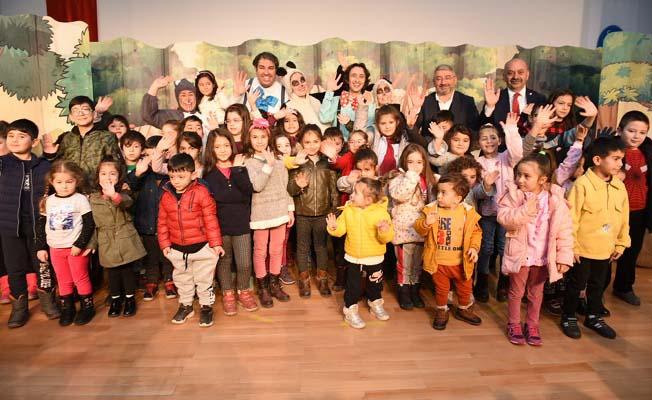 Başkan da tiyatroyu çocuklarla izledi
