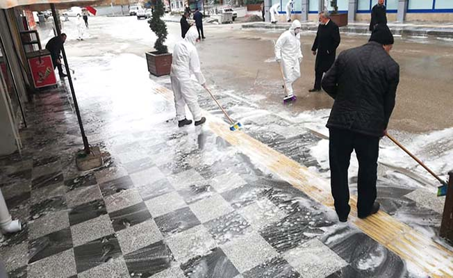 Tonlarca su ile sokaklar yıkanıyor