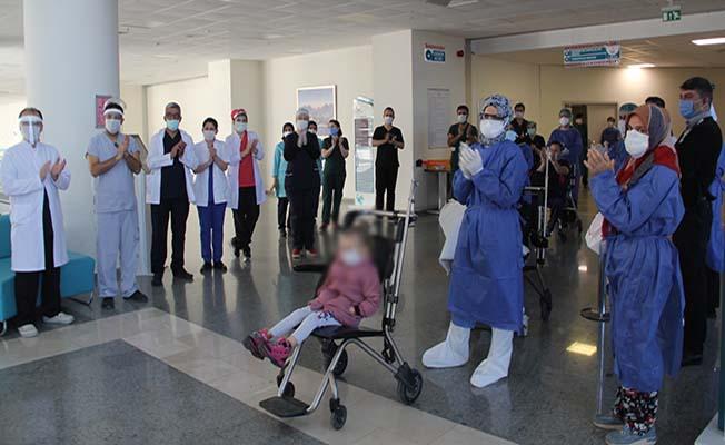 Koronavirüsü yenen aile alkışlarla uğurlandı