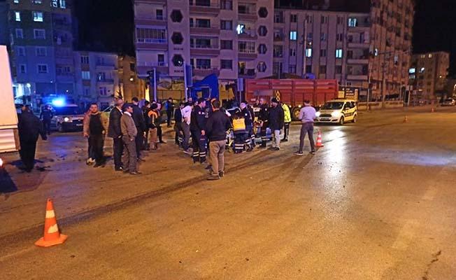 Kavşakta iki otomobil çarpıştı, 3 yaralı