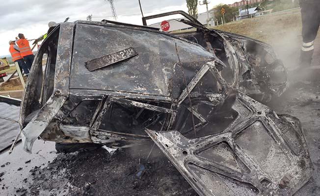 Kaza yapan otomobil yandı!
