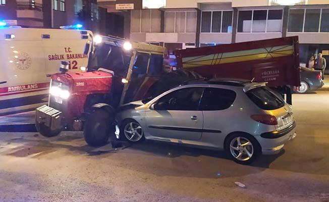 Otomobil ile traktör çarpıştı, 3 yaralı