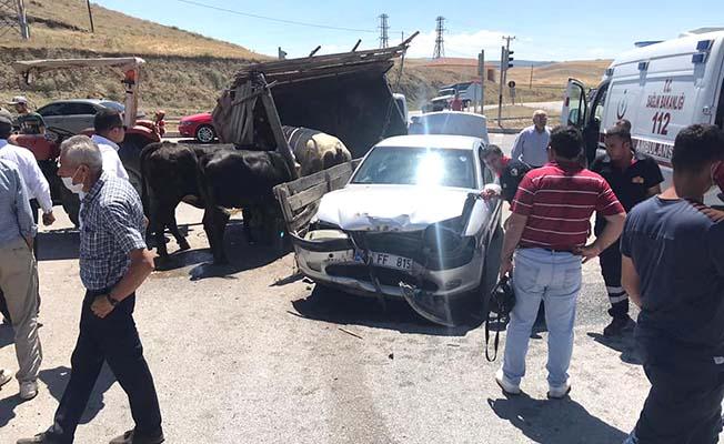 Otomobil hayvan yüklü traktörle çarpıştı