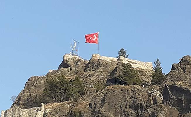 Kandiber'de bayrak yenilendi