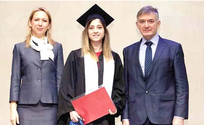 Kırmızı diplomalı Çorumlu kız