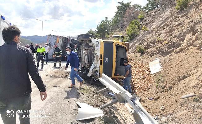 Freni tutmayan tır belediye kamyonuna çarptı