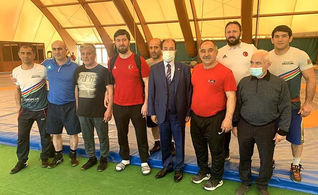 Bağcı'dan Bakü'de kampa giren pehlivanlara ziyaret