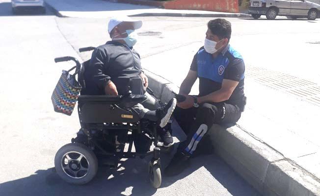 Canı sıkılan engelliye polis yarenlik etti