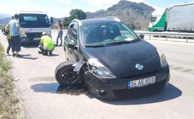 Otomobil tıra yandan çarptı