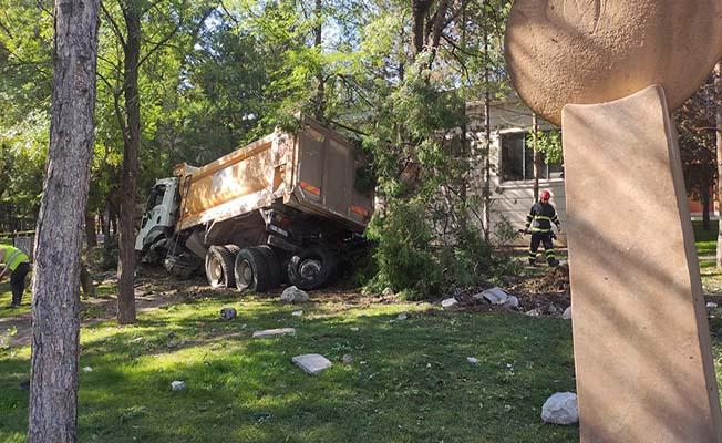 Freni patlayan kamyon Yunus Emre Parkı'na daldı