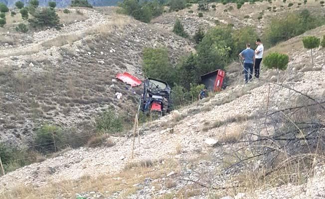 Traktör devrildi, 2 ölü