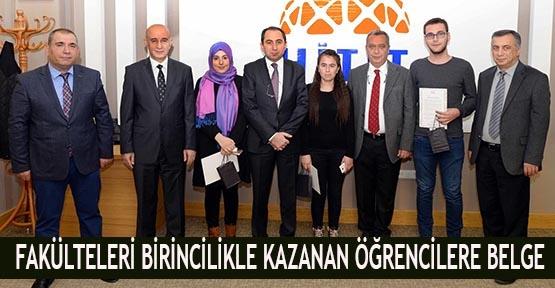 Fakülteleri birincilikle kazanan öğrencilere belge