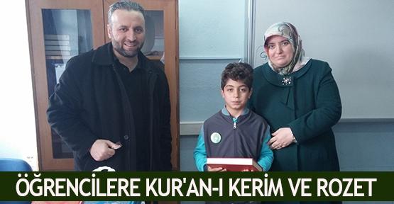 Öğrencilere Kur'an-ı Kerim ve rozet