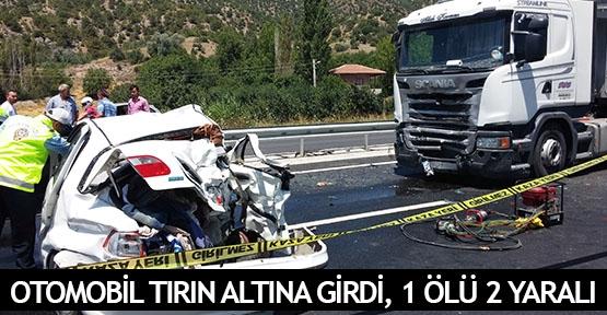 Otomobil tırın altına girdi, 1 ölü 2 yaralı