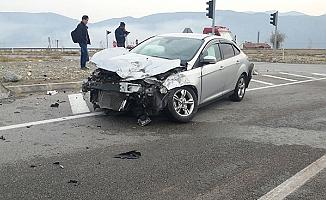 Otomobil kamyonla çarpıştı