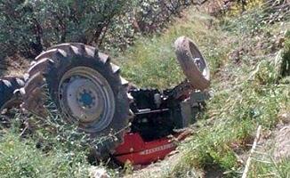 Traktör tekerine kafası sıkıştı