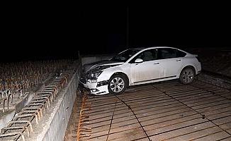 Otomobil köprü inşaatına uçtu