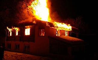 Elektrik kontağı bir evi kül etti