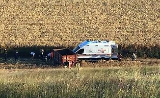 Traktörden düştü, üzerinden römork geçti