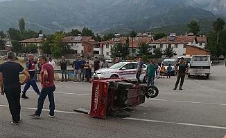 Otomobille elektrikli bisiklet çarpıştı