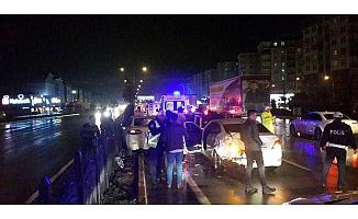İki otomobil çarpıştı, 3 yaralı