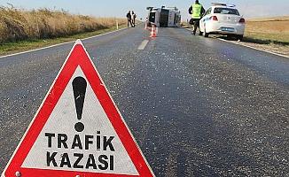 Kaza raporu tutan polis otosuna çarptı