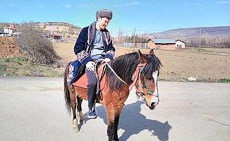 Kazakistanlı misafir at bindi