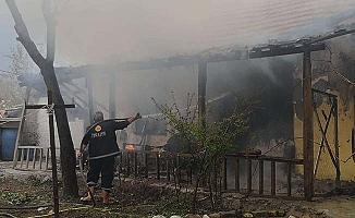 Engelli aileyi yangından komşuları kurtardı