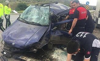 Araç refüje çarptı, sürücü araçta sıkıştı