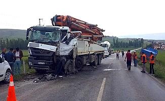 Beton mikseri kamyonla çarpıştı