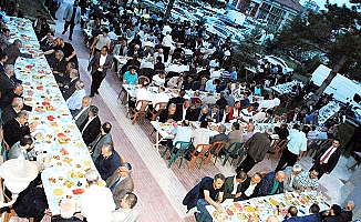 Protokolü esnafla buluşturan iftar