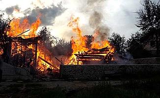 Yangın kontrol altında, 2 ev yandı